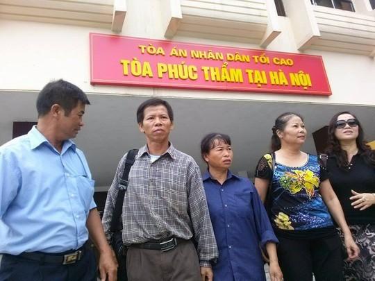 Ông Nguyễn Thanh Chấn (thứ hai từ trái qua) trong một lần đến TAND Tối cao đưa đơn yêu cầu bồi thường - Ảnh: Nguyễn Quyết