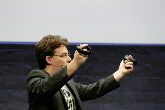 Palmer Lucky giới thiệu Oculus Touch.