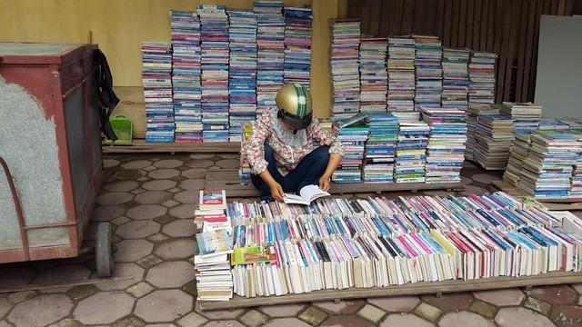 Một khách hàng chăm chú xem sách giữa những ngày è oi bức.