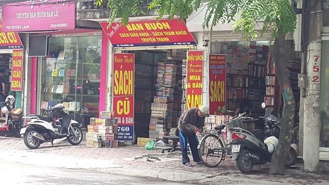 Đoạn gần như duy nhất trên phố Đường Láng có 3 nhà sách gần nhau nhưng cũng rất vắng khách.
