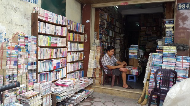 anh Hưng thừa nhận chính mình cũng hay đọc tin tức trên mạng chứ không hay đọc sách như trước.
