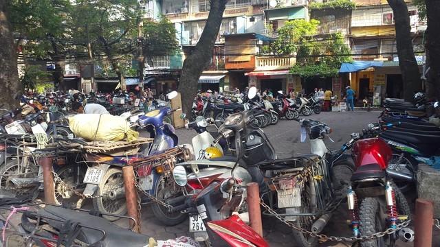 Các khu vực sân chơi công cộng dưới các tòa nhà tập thể đều bị lấn chiếm làm bãi giữ xe. Ảnh: Hiền Giang