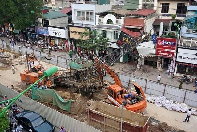 Cần cẩu đổ sập vào nhà 361 Cầu Giấy, đè trúng 2 xe lưu thông dưới lòng đường. Ảnh: Hoàn Nguyễn.