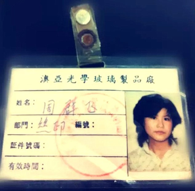 Thẻ làm việc của Qunfei khi còn đang làm trong nhà máy sản xuất kính.
