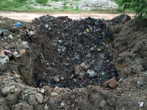 1 tấn nầm lợn đã bị thiêu hủy nhưng vẫn bị đào lên vận chuyển đi nơi khác.