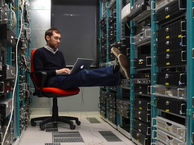 Phần cứng máy tính của một công ty sẽ thuộc quyền quản lý của Phó tổng Giámđốc Cơ sở hạ tầng.
