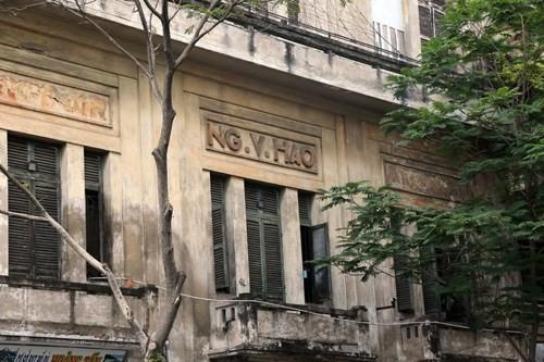 Phía trước và hai bên hông tòa nhà có dòng chữ NG.V.HAO - Ảnh: Độc Lập