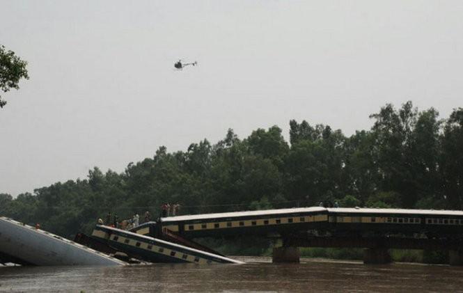 Trực thăng quân đội Pakistan quần đảo trên hiện trường vụ tai nạn