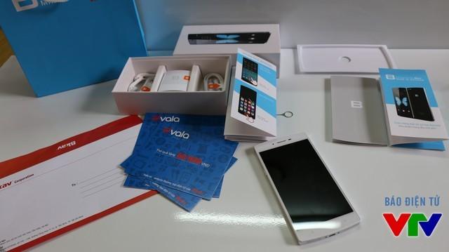 Mở hộp BPhone 64GB màu trắng