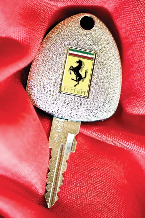 Chiếc chìa khóa đính 1.160 mẫu kim cương - Ảnh: TL