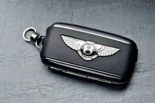 Chìa khóa đi kèm xe Aston Martin - Ảnh: jaeger-lecoultre