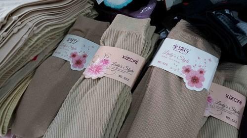Hàng hóa nhãn mác Trung Quốc bày bán tại hội chợ