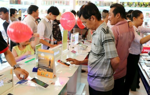 Người dùng ngày càng quan tâm tới smartphone nhờ mức giá rẻ.