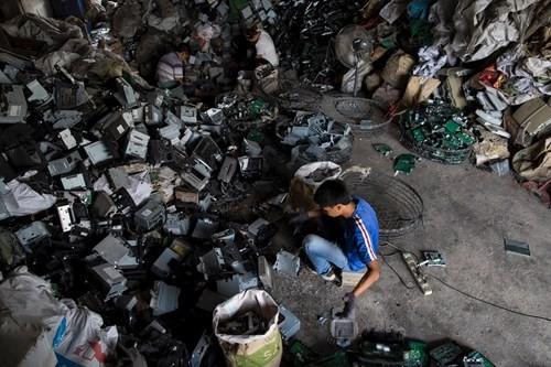 Kinh hoàng bãi chứa rác thải điện tử lớn nhất thế giới ở Trung Quốc - ảnh 2
