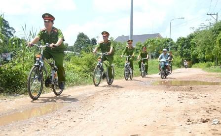 Cảnh sát khu vực tuần tra bằng xe đạp trên địa bàn phường 1, TP.Cao Lãnh. Ảnh: Báo Đồng Tháp.