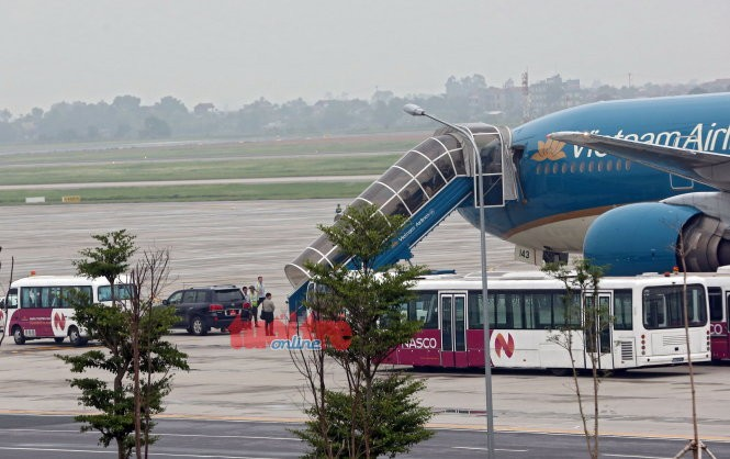 Xe đón Đại tướng Phùng Quang Thanh chờ tại chân cầu thang máy bay - Ảnh VIỆT DŨNG