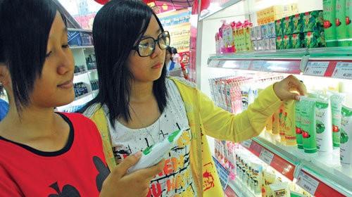 Rất ít người tiêu dùng đọc thành phần mỹ phẩm- Ảnh: Hoàng Thạch Vân