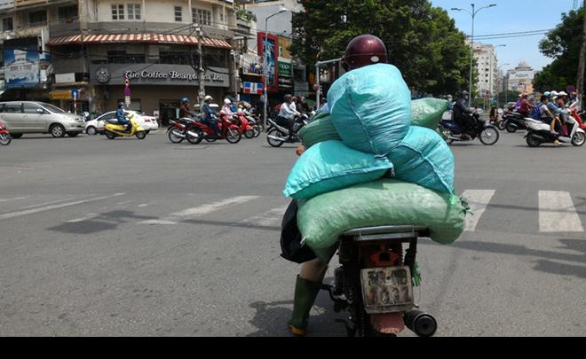 Hình ảnh thường thấy trên đường phố Sài Gòn, chở nước đá không đảm bảo vệ sinh an toàn thực phẩm.