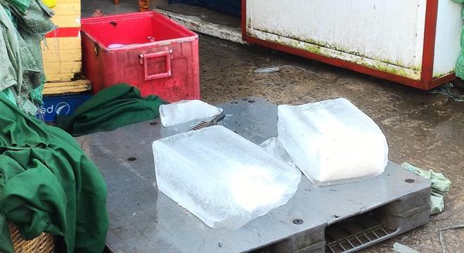 Nước đá tinh khiết ở Sài Gòn được sản xuất bẩn ra sao?