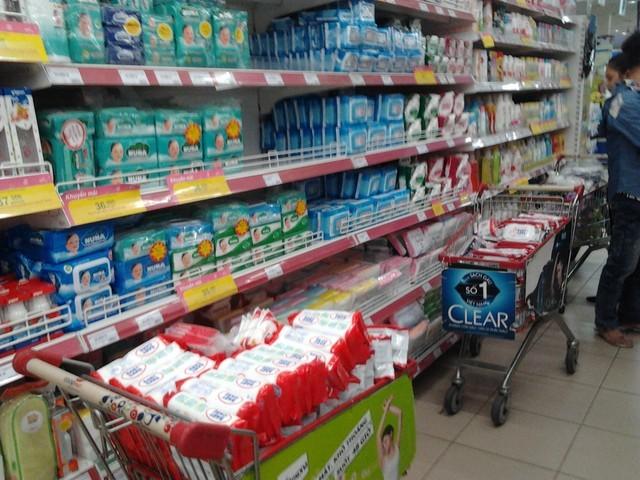 Hình ảnh các sản phẩm giấy ướt Baby Care bị gỡ khỏi các gian hàng trong siêu thị (Ảnh: Vietq)