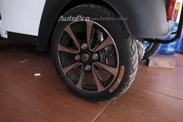 Xe sử dụng lốp không xăm và phanh tang trống ở bánh sau.