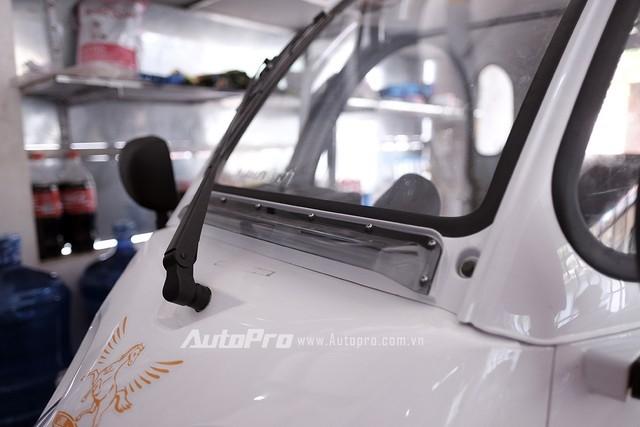 Do không có điều hoà nên nhà sản xuất thiết kế thêm khe hút gió phía đầu xe để giúp không khí trong xe được lưu thông.