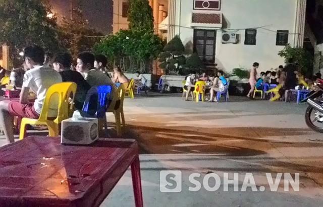 Quán giải khát trong sân TAND Từ Sơn luôn nườm nượp khách (ảnh: Độc giả cung cấp)
