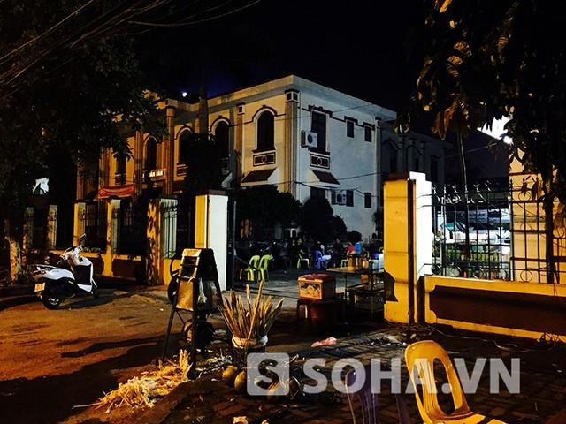 Sân TAND thị xã Từ Sơn được trưng dụng làm quán giải khát, quán nhậu (ảnh: Độc giả cung cấp)