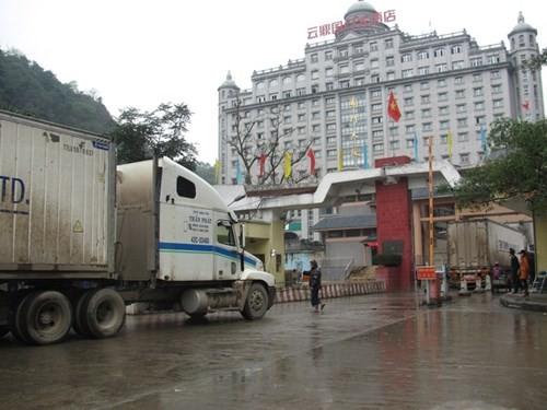 Gần 500 xe hàng nông sản ùn ứ tại cửa khẩu Tân Thanh - ảnh 1