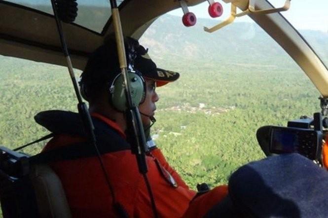 Đội cứu hộ vẫn chưa thể tiếp cận xác chiếc máy bay trên đất liền, mà chỉ nhìn thấy nó qua máy bay tìm kiếm từ trên không ở vùng đồi núi cực kỳ hiểm trở thuộc tỉnh Papua miền đông Indonesia - Ảnh:mirror.co.uk