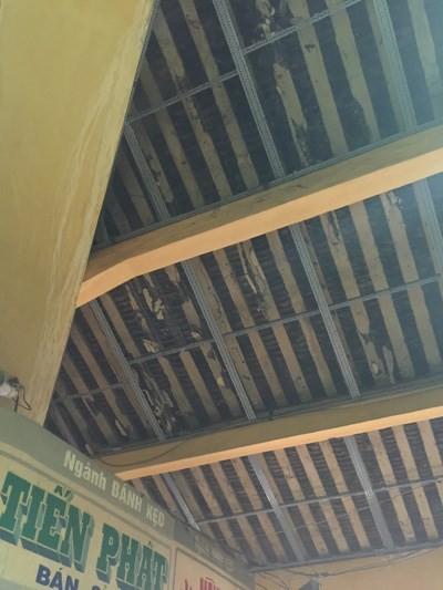 Mái ngói bị mục dễ rơi xuống, phải sử dụng tấm lưới để che chắn