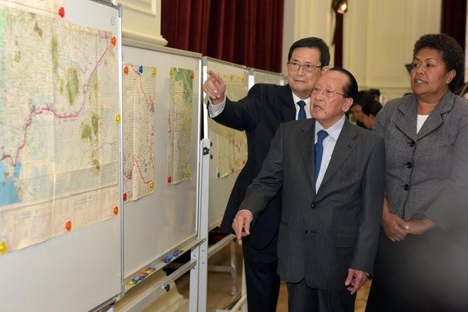Phó thủ tướng, Bộ trưởng Ngoại giao Campuchia Hor Namhong trong buổi thẩm định bản đồ - Ảnh: AFP