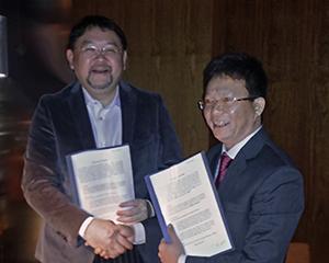 Chủ tịch Masataka Okuda của Transcosmos và ông Nguyễn Thành Vạn An, CEO kiêm người sáng lập Hotdeal.