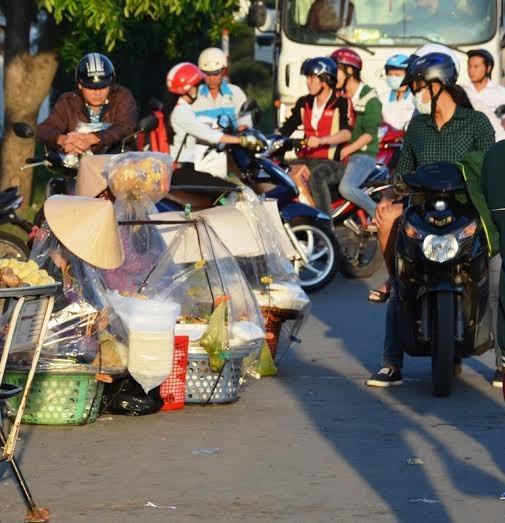 Mua thức ăn sáng ở lề đường khiến công nhân đối diện với mối nguy cơ ngộ độc thực phẩmẢNH: NGUYỄN LUÂN