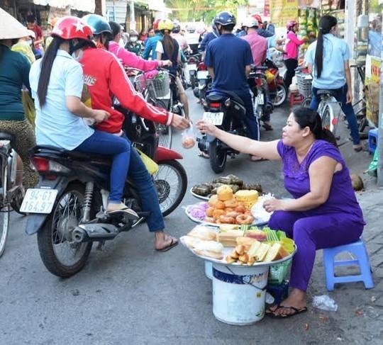 Nữ công nhân ghé mua bánh bông lan và các loại bánh ngọtẢNH: NGUYỄN LUÂN