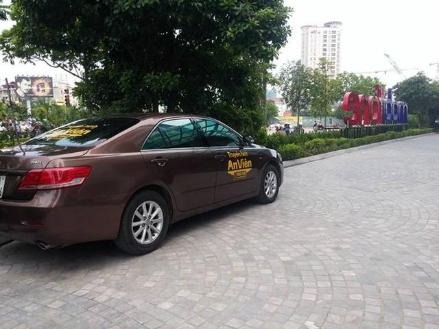 Chiếc xe của Đài truyền hình An Viên có mặt ngẫu nhiên trong khuôn viên của MobiFone. Ảnh: TK.