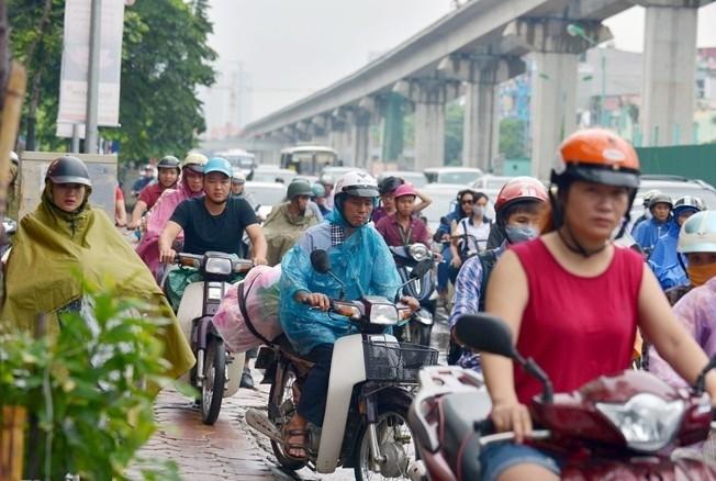 Dọc theo tuyến dự án đường sắt trên cao đoạn Nguyễn Trãi hướng lên trung tâm thành phố, hàng nghìn người và phương tiện kẹt cứng trong giờ cao điểm
