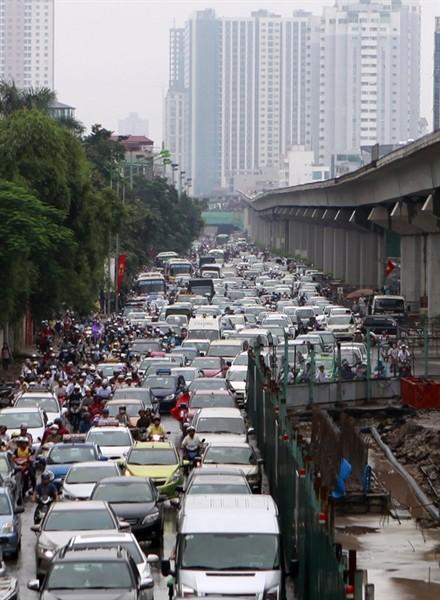 Ùn tắc bắt đầu nghiêm trọng khi dòng người đi làm đổ về trung tâm thành phố vấp phải \