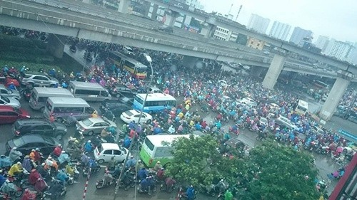 Trời mưa, ai cũng muốn đi nhanh, ai cũng muốn lấn làn khiến ngã tư Nguyễn Trãi - Nguyễn Xiển ùn tắc cả tiếng. Ảnh: Uông Thanh Tuấn/Otofun.