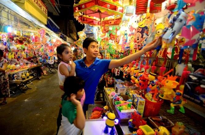 Lồng đèn Trung Quốc tràn ngập trên đường Lương Nhữ Học, Q.5, TP.HCM - Ảnh: Thanh Tùng