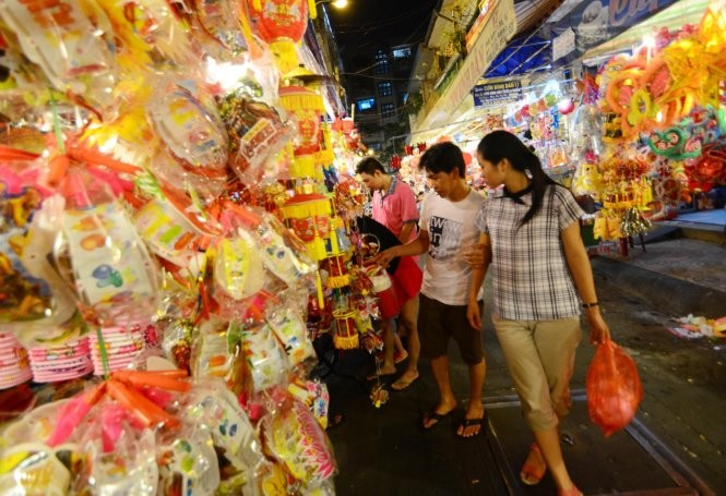 Trên đường Lương Nhữ Học (Q.5, TP.HCM) cửa hàng nào đèn Trung Quốc cũng áp đảo đèn Việt Nam - Ảnh: Thanh Tùng