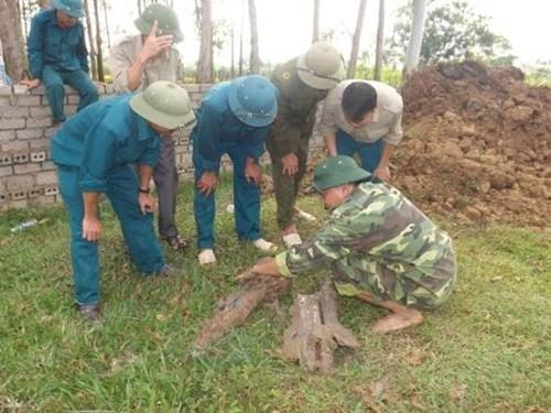 Phát hiện quả tên lửa nằm sâu 4m dưới đất ở Nghệ An - ảnh 2