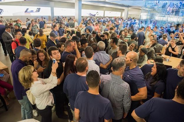 Đám đông nhanh chóng vây kín vị thuyền trưởng của Apple.