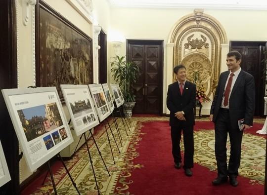 Bạn bè quốc tế thăm gian trưng bày bộ ảnh về di sản văn hoá của Việt Nam được UNESCO công nhận
