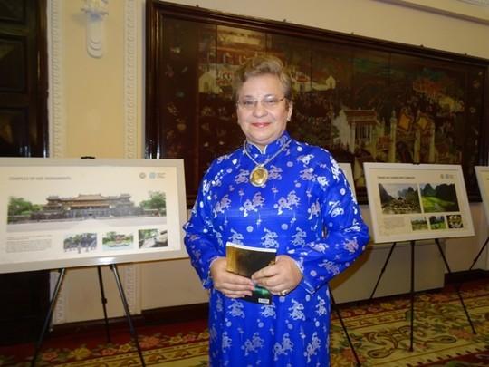 Bà Katherine Muller-Marine, Trưởng dại diện UNESCO tại Việt Nam, dự lễ ra mắt trong bộ áo dài truyền thống của Việt Nam