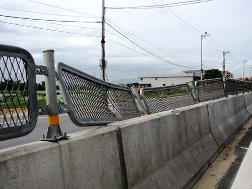 Các tấm lưới sắt chống chói bị đập cong queo, tháo bỏ vứt chỏng chơ thảm hại