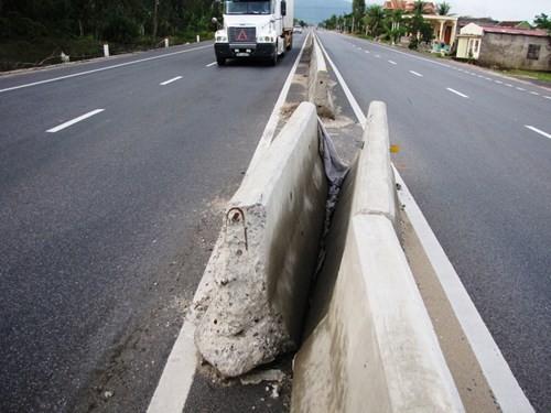 Việc xâm phạm kết cấu đường bộ gây nguy hiểm lớn và thiệt hại về kinh tế