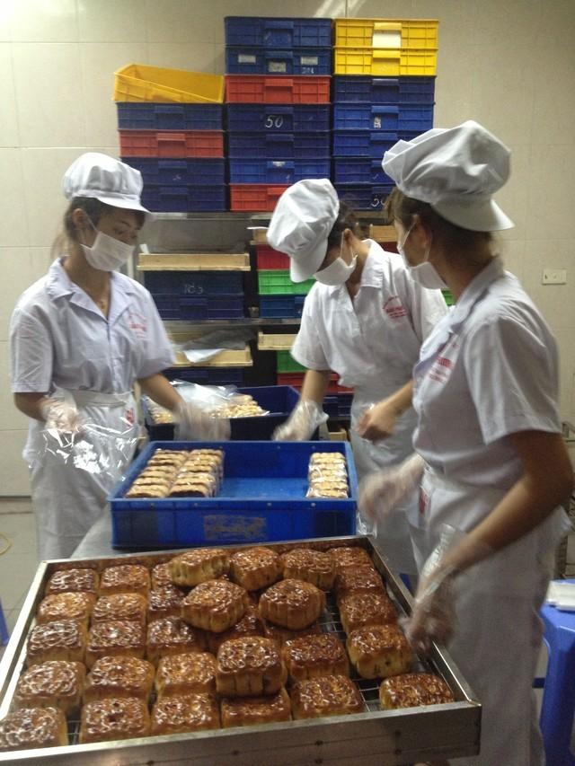 Hình ảnh sản xuất bánh trung thu Bảo Phương tại xưởng mới mở ở địa chỉ 223 Thụy Khuê, nhân viên mặc đồng phục, đeo găng tay, khẩu trang, đội mũ.