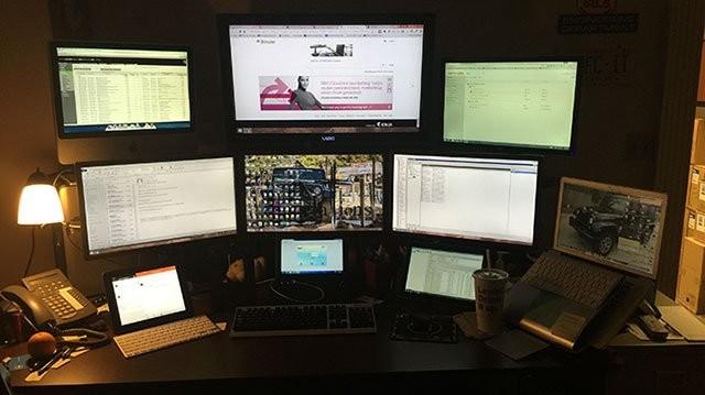 Dàn máy tính gồm 6 màn hình cực hoành tráng của Luckey.