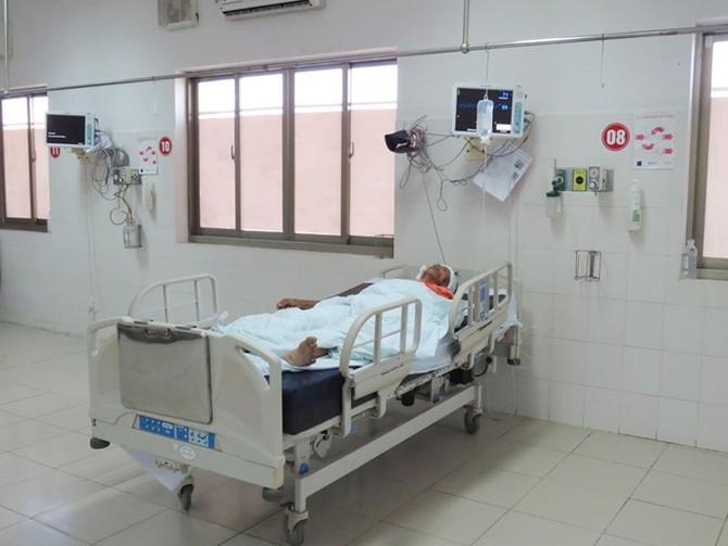 Ông Bùi Thanh Nhảy bị thương ở đầu đang cấp cứu tại khoa Hồi sức ngoại Bệnh viện Đa khoa Phú Yên
